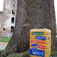 ETFL / Tourest reisikohver Põltsamaa lossihoovis | Teele Kaeramaa
